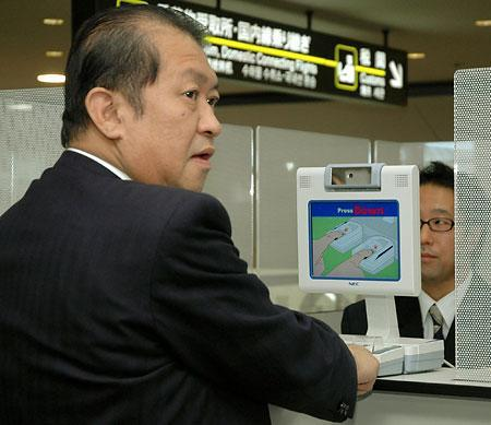 בכניסה ליפן, כל אחד נדרש לספק טביעת אצבע.