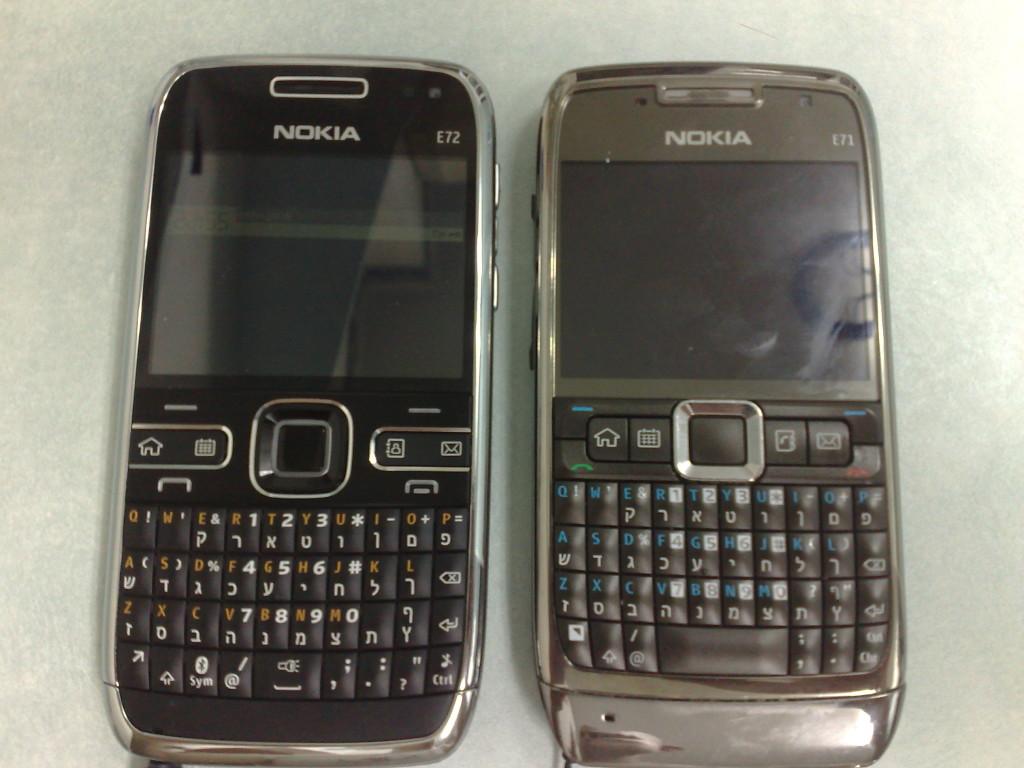 בפינה השמאלית: נוקיה E72. בפינה הימנית: נוקיה E71