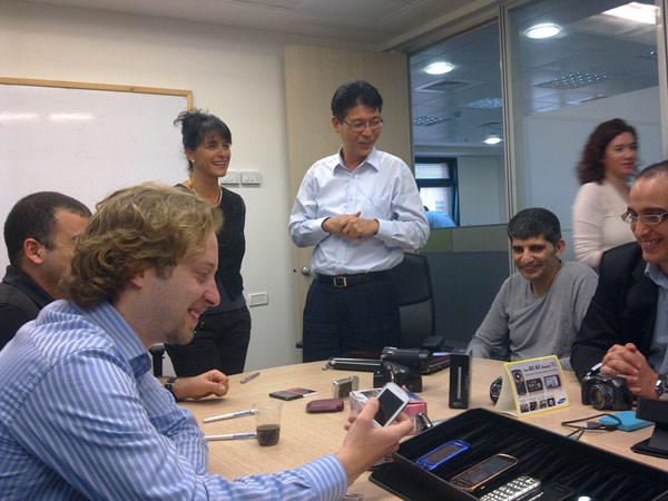הבלוגרים במטה סמסונג ביקום עם מנהל הפעילות בישראל (במרכז)
