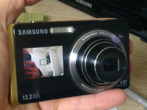 מצלמת סטילס עם מסך LCD כפול