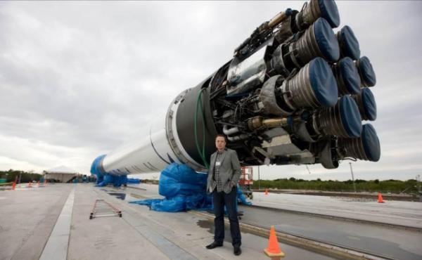 """Elon Musk מייסד ומעצב ראשי ומנכ""""ל החברה, לצד טיל הפלקון 9. מקור: יח""""צ"""