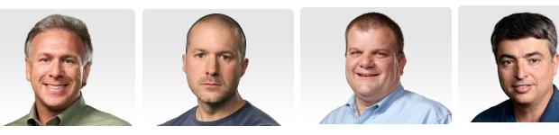 """ההנהלה הבכירה באפל. מימין לשמאל: אדי קיו, אחראי תחום תוכנה ושירותים, בוב מנספלד, אחראי טכנולוגיות, ג'ונתאן אייב, המעצב הראשי של החברה ופיל שילר, מנהל השיווק. חסרים בתמונה: דן ריקו, מנהל תחום החומרה וקרייג פדריגהי, מנהל תחום התוכנה (תמונות: יח""""צ)"""