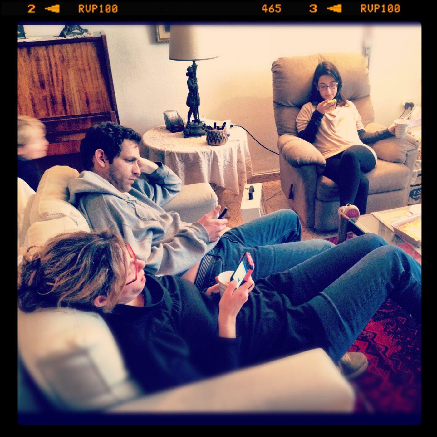 שם השולח: לידור עקביא.  הזמן: שבת בצהריים, אחרי ארוחה משפחתית. סיימנו לאכול, ואנחנו יושבים בסלון.  בעבר, זמן זה שימש לשיחה והתעדכנות על מאורעות השבוע. היום, אנחנו מתעדכנים באופן שוטף בחיים של האחרים דרך הפייסבוק, האינסטגרם, הטוויטר והwhatsapp, אפילו כשאנו יושבים פחות ממטר אחד מהשני. אפילו הצלם, שצופה בסיטואציה מהצד, משתמש בסמארטפון כדי לתעד ולשתף את האירוע.   העידן הדיגיטלי משנה את הדרך שבה אנו מתקשרים אחד עם השני: עברנו לתקשורת דרך מסכים, תקשורת שמתומצתת למילים בודדות ואמוטיקונים, תקשורת שקצת מבודדת וקצת בודדת. לפעמים, בא לי להניח את הטלפון בצד, להרים את העיניים ולדבר עם מי שנמצא מולי או לידי; אבל ההתמכרות נעשה חזקה מדי...
