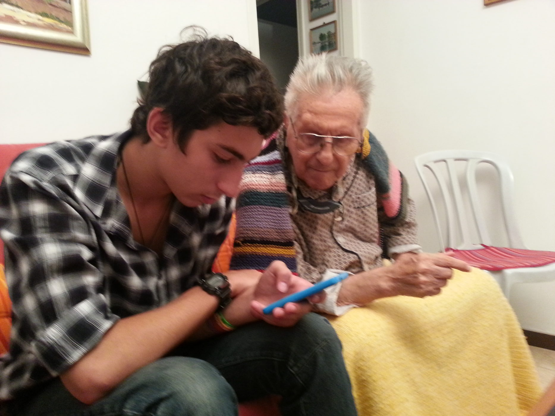 שם השולח: נמרוד טקסלר. התמונה הזו שנלקחה מהפלאפון שלי איפשרה לי לתפוס רגע מיוחד ולנציח את סבא שלי. יותר מהכל היא מיצגת את היותה שלה הטכנולוגיה כגשר בין בני אדם באמצעות התוכן הנרחב שהיא מציע בכל רגע נתון כמו גם את היותה דלת לזכורונות וחוויות שמלווים אותך בכיס הזמן. אותה יוכלת היא גם מה שאפשרה לי לחלוק עם סבי שבתמונה זכורונות משותפים שלנו ברגעיו האחרונים ועל זה אני יכול רק להודות.