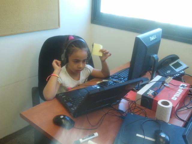 שם השולח: נטע צמח. ילדה בת 5 עם מחשב+לפטופ +אוזניות+מקרופון מה יותר עידן דיגיטלי מזה?