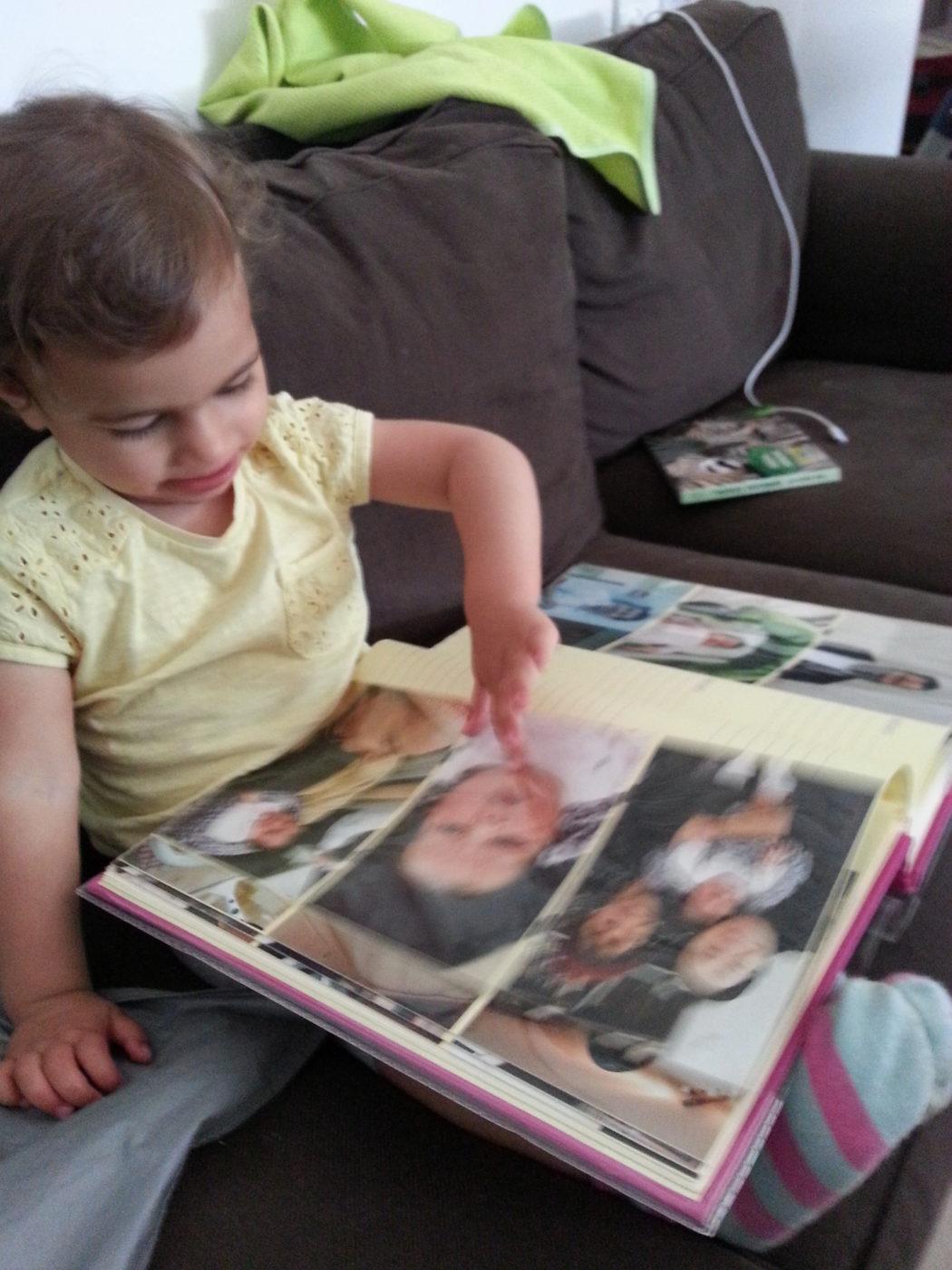שם השולח: אביטל פתאל. בתי בת השנה ו7 חודשים לא מבינה מדוע התמונה המודפסת לא מתחלפת כאשר היא מחליקה את האצבע עליה.. ככה זה כשתינוקת מגיל אפס מתבוננת בתמונות יומיום ממכשיר הגלקסי של אמא שלה. תמונה זו, ללא ספק מבטאת יותר מכל את החיים בעידן הדיגיטלי.