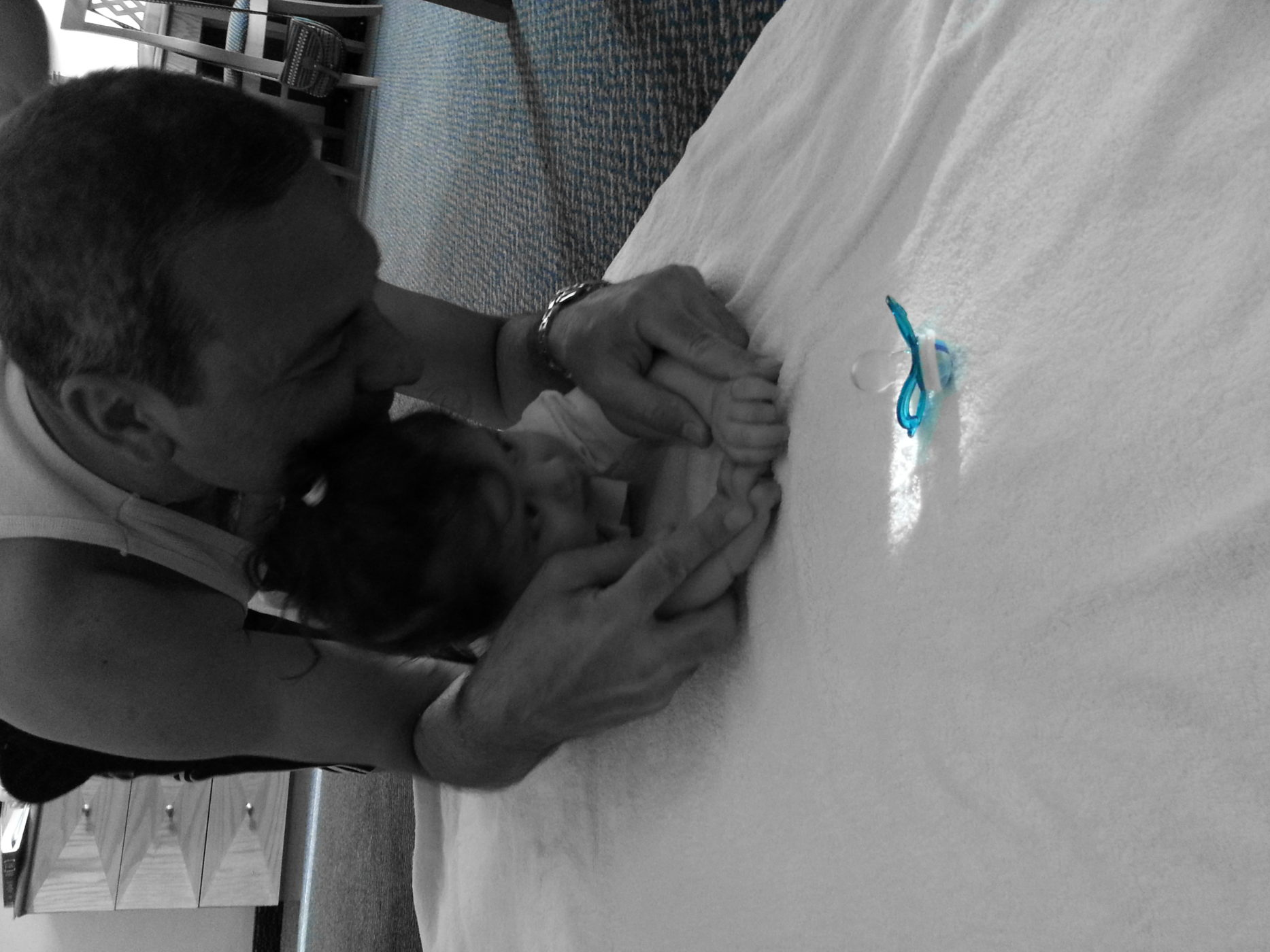 שם השולח: רפי ג'רבי. לתפוס את הרגע ברגע. לא כל יום רואים את הסבא מלמד את הבן שלי לזחול. לתפוס את התמונה ברגע כשהמצלמה בשליפה בטלפון הנייד, וצרוף של אפקטים מדהימים שמושכים את העין, שיתוף בפייס וקבלה של עשרות תגובות בשניה, זה העולם הדיגיטלי.