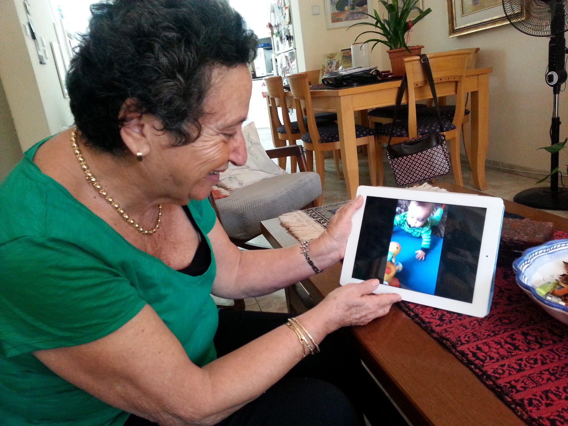 שם השולח: רינה דואק. החוויה האנושית בעידן הדיגיטלי, ובמיוחד עם הנינים שבארה