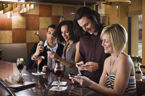 שם השולח: מיכאל טרנוב. התמונה הזאת מייצגת יותר מכל דבר את החיים בעידן הדיגיטלי שבו התקשורת פנים מול פנים מתערבת לגמרי עם תקשורת הוירטואלית.