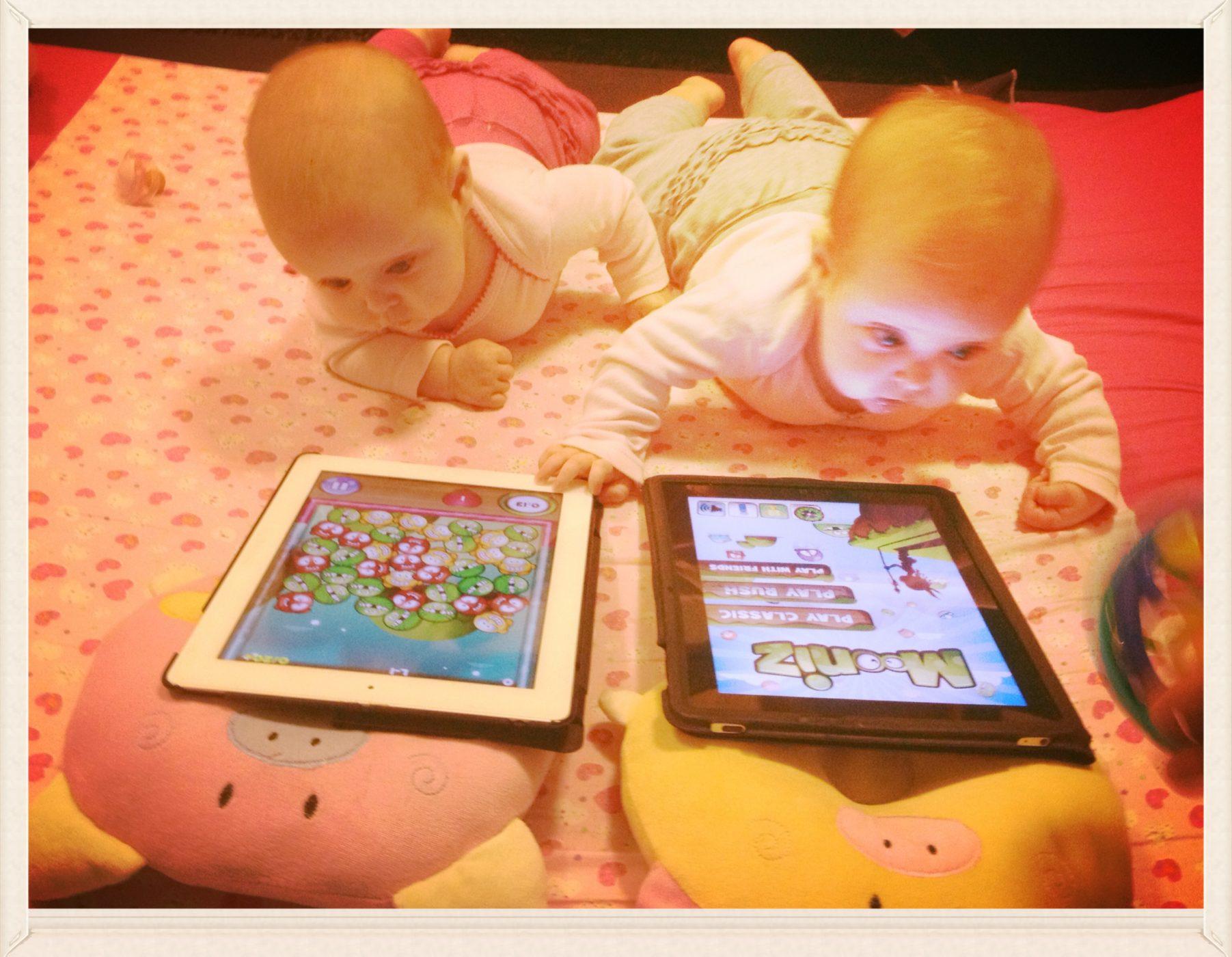 שם השולח: יהונתן צביק. משחק ילדים! התאומות הטריות שלנו רונה ועלמה רק בנות 5 חודשים ולא מוכנות לוותר על הטאבלט בשעת הפעילות שלהן(לכל אחת כמובן יש את ה ipad שלה). על כך נאמר