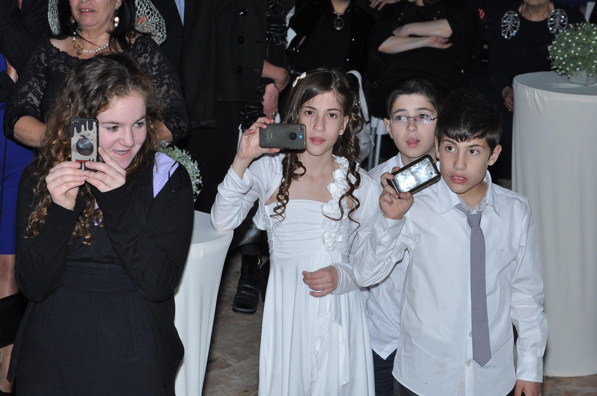 שם השולח: ניסן יהודה. שלושה אחיינים שלי ושל אישתי בחופה שלנו, תמונה בולטת בתמונות החתונה