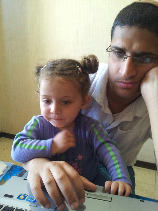 שם השולח: אביגיל לוין. זוהי תמונה של גיסי והבת שלו (אחיינית שלי) בת השנתיים, שניהם עובדים ביחד על תכנות של איזו אפליקציה, הבת נראית קצת יותר בענינים מאביה. בעידן הדיגיטאלי ההנגשה למחשבים מתחילה מגיל מאוד צעיר.