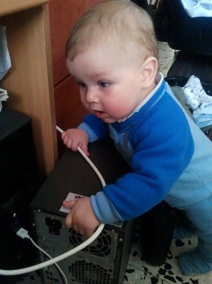 שם השולח: יניב חמי. יובל התינוק רק בן מספר חודשים וכבר מנסה להבין איך הכבלים מתחברים למחשב