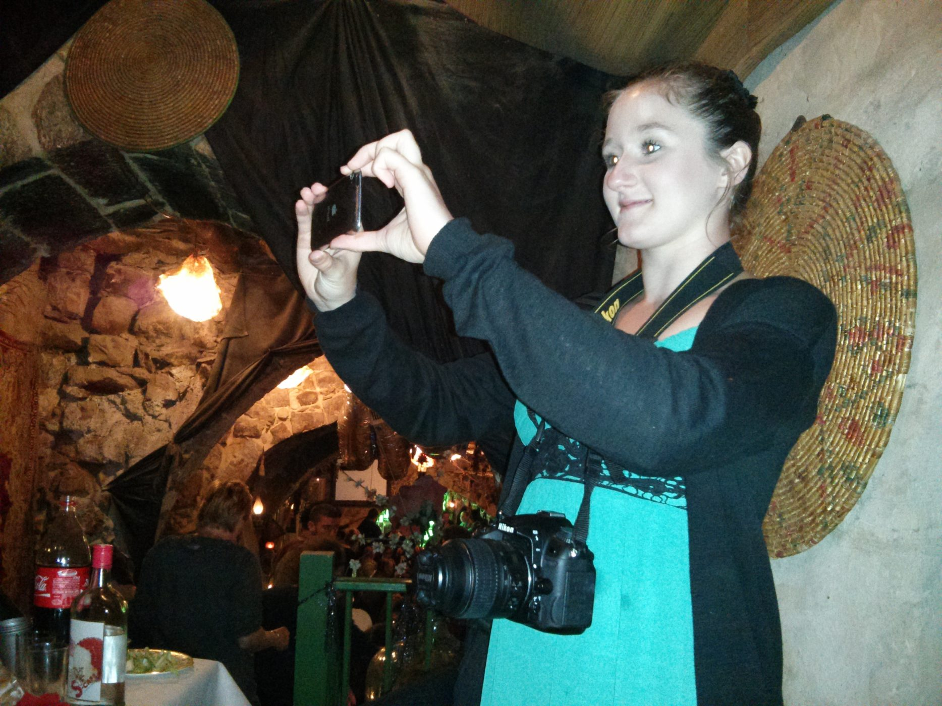 שם השולח: רז קפלן. שם השולח: רז קפלן. בתמונה רואים את בחורה שלמרות שעל צווארה מונחת מצלמת DSLR משוכללת ויקרה מעדיפה לצלם באייפון, כדי שתוכל תוך שניות אחדות לפרסם לכל העולם את שצילמה, וזה מסכם בתמונה אחת את החיים בעידן הדיגיטלי.