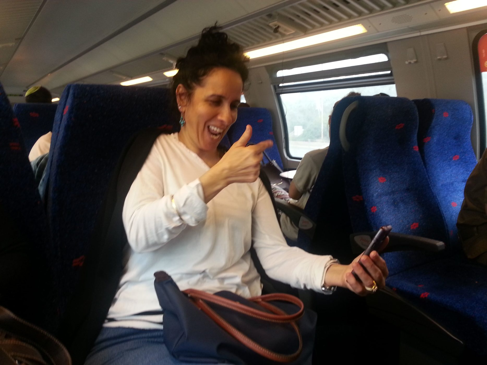 שם השולח: רותי ניסנבאום. בנסיעה ברכבת, אישה חרשת/אילמת