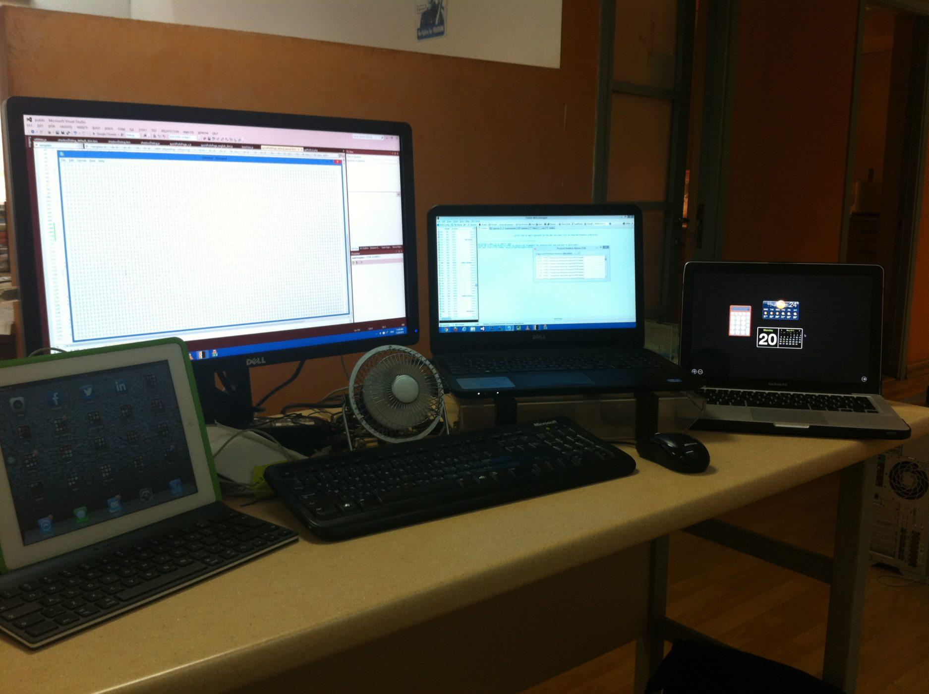 שם השולח: משה ברעם. מוקף בטכנולוגיה (צולם מהסמארטפון), עמדת העבודה שלי.