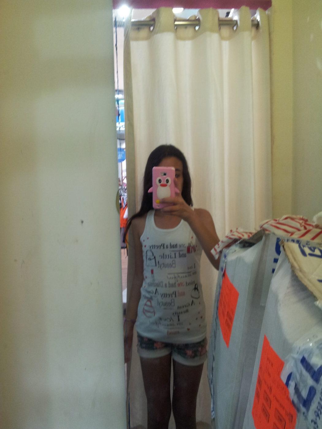 שם השולח: קרן יגיל. באונליין לחברים ולמשפחה. בתמונה הבת שלי בחנות בגדים,מודדת חולצה ומצלמת את עצמה בטבעיות ושולחת בלי לחשוב פעמיים את התמונה לחברים בקבוצה ב- what's up לשמוע חו