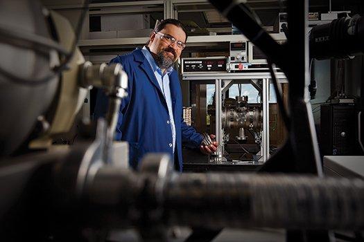 דיוויד אטקינסון במעבדת פסיפיק נורת'ווסת הלאומית יצר מערכת שמשתמשת בספקטרומטריית מסה כדי לזהות באוויר את המשקל המולקולרי של חומרי נפץ נפוצים