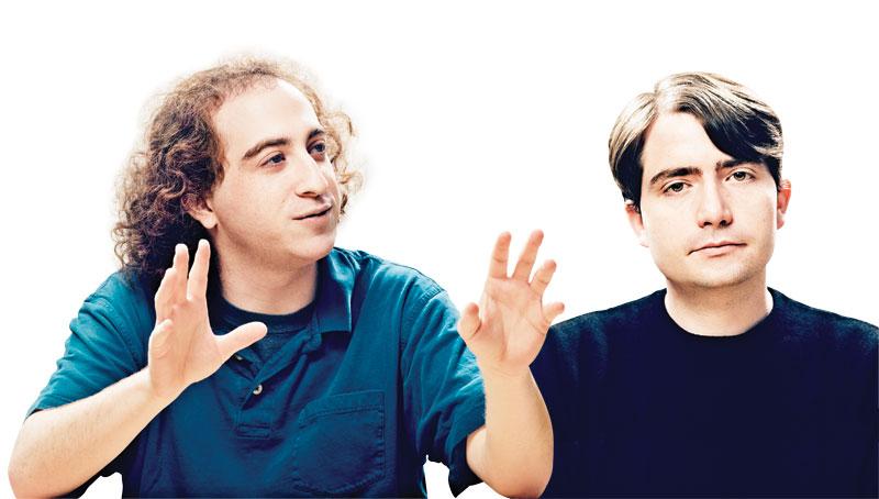 דיוויד הולץ [משמאל] ומייקל בקוואלד בנו מכשיר שנקרא בקר ,Leap Motion שמאפשר אינטראקציה של משתמשים עם מחשבים באמצעות נפנופי יד.
