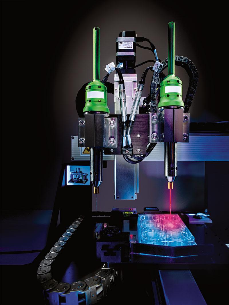 בתמונה: Novogen MMX. המדפסת הביולוגית המסחרית הראשונה שפותחה על ידי Organovoף מציירת רקמות כבד פונקציונאליות שיסייעו בקרוב לביוכימאים לבחון תרופות חדשות. צילום: מדע פופולארי
