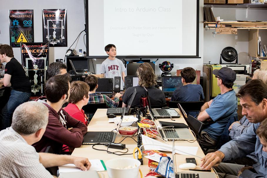 קווין מדריך בהתלהבות שיעורי אלקטרוניקה כמו זה ב-Deezmaker. צילום: מדע פופולארי