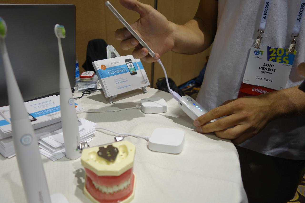 מברשת שיניים נטענת שמסתנכרנת עם הסמארטפון. צילום: לביא שיפמן