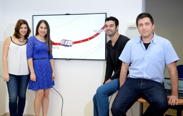 מימין לשמאל: מנחי הפרוייקט, פרופסור ערן יהב והדוקטורנט נמרוד פרטוש לצד הסטודנטיות מיטל בן סיני ושיר ידיד
