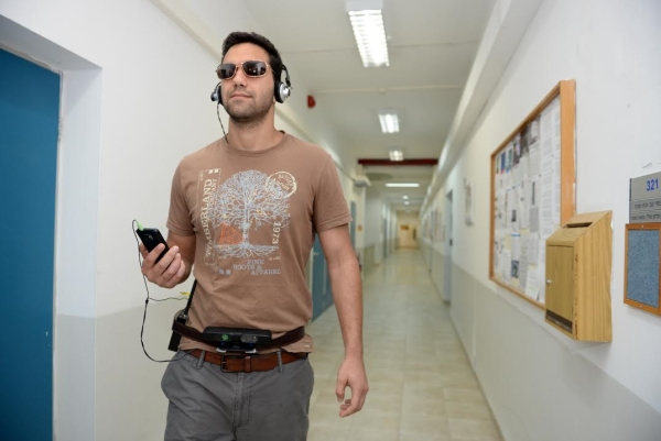 הסטודנט גל דלל מדגים את יכולות המכשיר. צילום: שיצו שירותי צילום, דוברות הטכניון