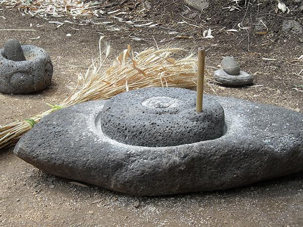 """קמח קנוי זה לחלשים: אבן ריחיים מסותת בעבודת יד באבן גלילית, 7,500 ש""""ח והיא שלכם. מקור תמונה: מרמלדה"""