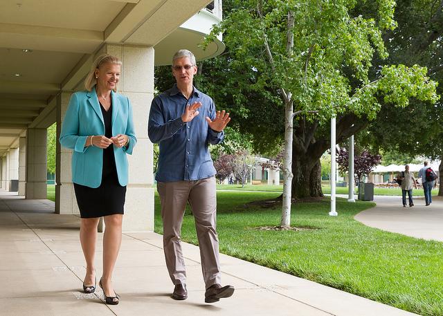 """ג'יני רומטי, מנכ""""לית יבמ וטים קוק, מנכ""""ל אפל. שווים ביחד 700 מיליארד דולר. מקור:  cc-by-ibmphoto24, flickr"""
