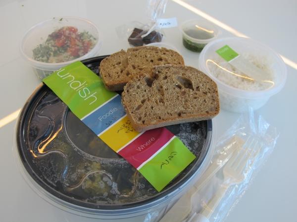 עיקרית, תוספת, סלט ולחם. צילום: גיקטיים