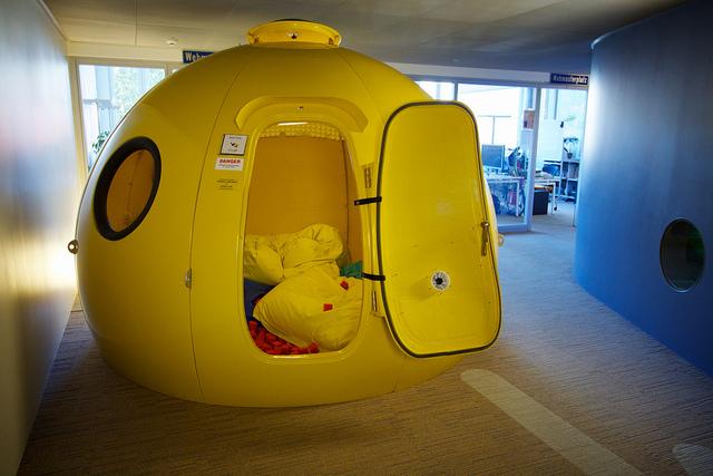 למה שלא תנוחו לכם לאיזה שעה באיגלו במשרד? משרדי גוגל בציריך, שוויץ. תמונה: flickr, cc-by, Marcin Wichary