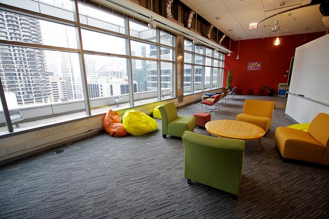 מבט החוצה, משרדי גוגל בציריך, שוויץ. תמונה: למה שלא תנוחו לכם לאיזה שעה באיגלו במשרד? משרדי גוגל בציריך, שוויץ. תמונה: flickr, cc-by, Marcin Wichary