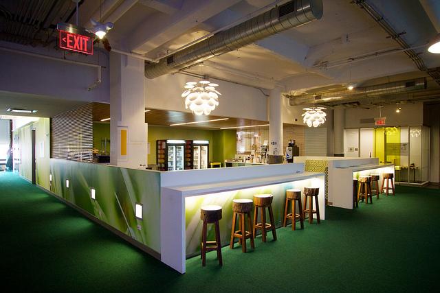 מטבחון סטנדרטי בקומה. משרדי גוגל בציריך, שוויץ, תמונה: מבט החוצה, משרדי גוגל בציריך, שוויץ. תמונה: flickr, cc-by, Marcin Wichary