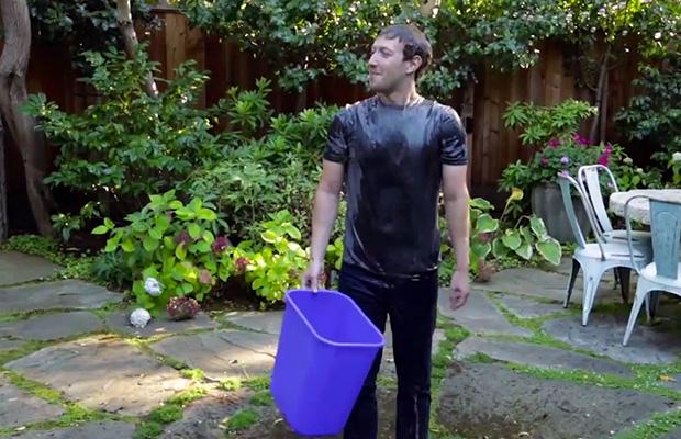 לא נשאר יבש... מארק צוקרברג רגע אחרי ששפך על עצמו דלי מלא קרח. מקור: צילום מסך מתוך סרטון וידאו