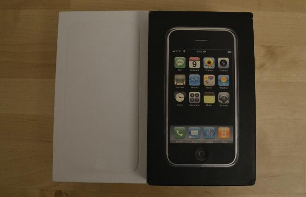 מימין: אריזת האייפון הראשון שהושק ב-2007, משמאל: האייפון 6 שהושק השנה
