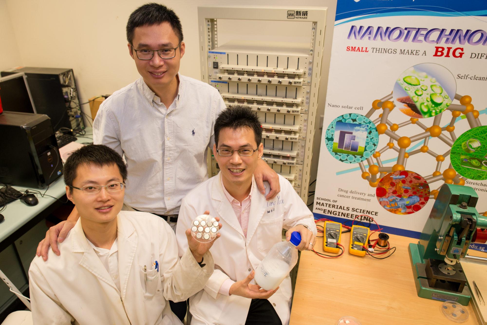 פרופסור צ'ן שיאודונג וצוות הפיתוח מאוניברסיטת NTU הסינגפורית. מקור: NTU