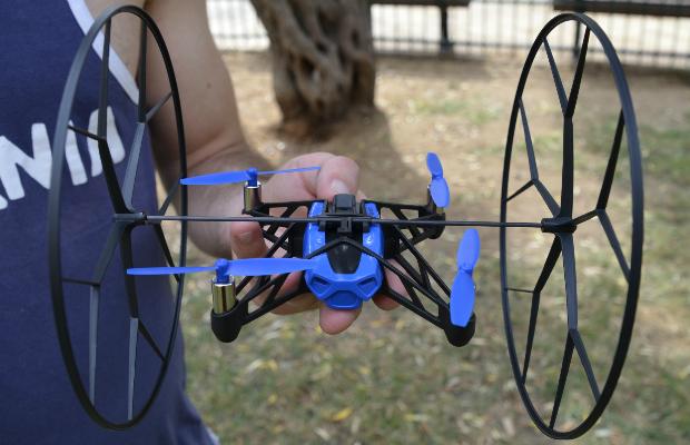 ה-Rolling Spider עם הגלגלים שנועדו להגן על הלהבים מצד אחד ולאפשר לו לנוע קרוב לקירות ולתקרה מנגד. צילום: גיקטיים