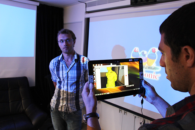 הצוות של קמחי מדגים לנו מיפוי תלת מימדי בעזרת טכנולוגיית ה-RealSense שפותחה בחיפה. מקור: גיקטיים
