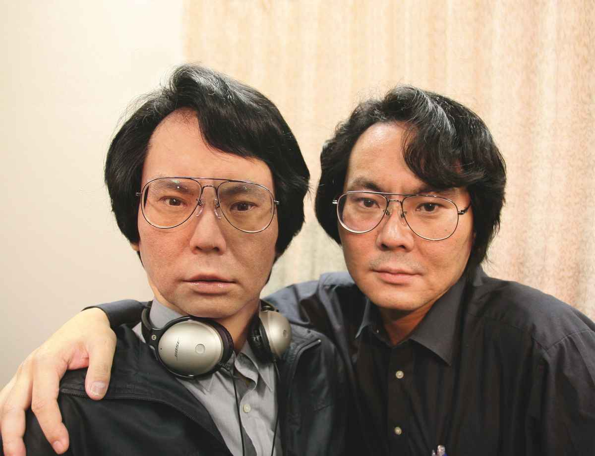 הרובוטיקאי והאמן הירושי אישיגורו בונה אנדרואידים שייראו דומים מאוד לבני אדם - כולל בדמותו (תמונה:מדע פופולארי)