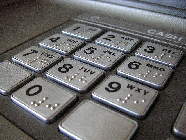הכספומט פתאום התחיל להוציא שטרות. מקור: cc-by-redspotted, flickr