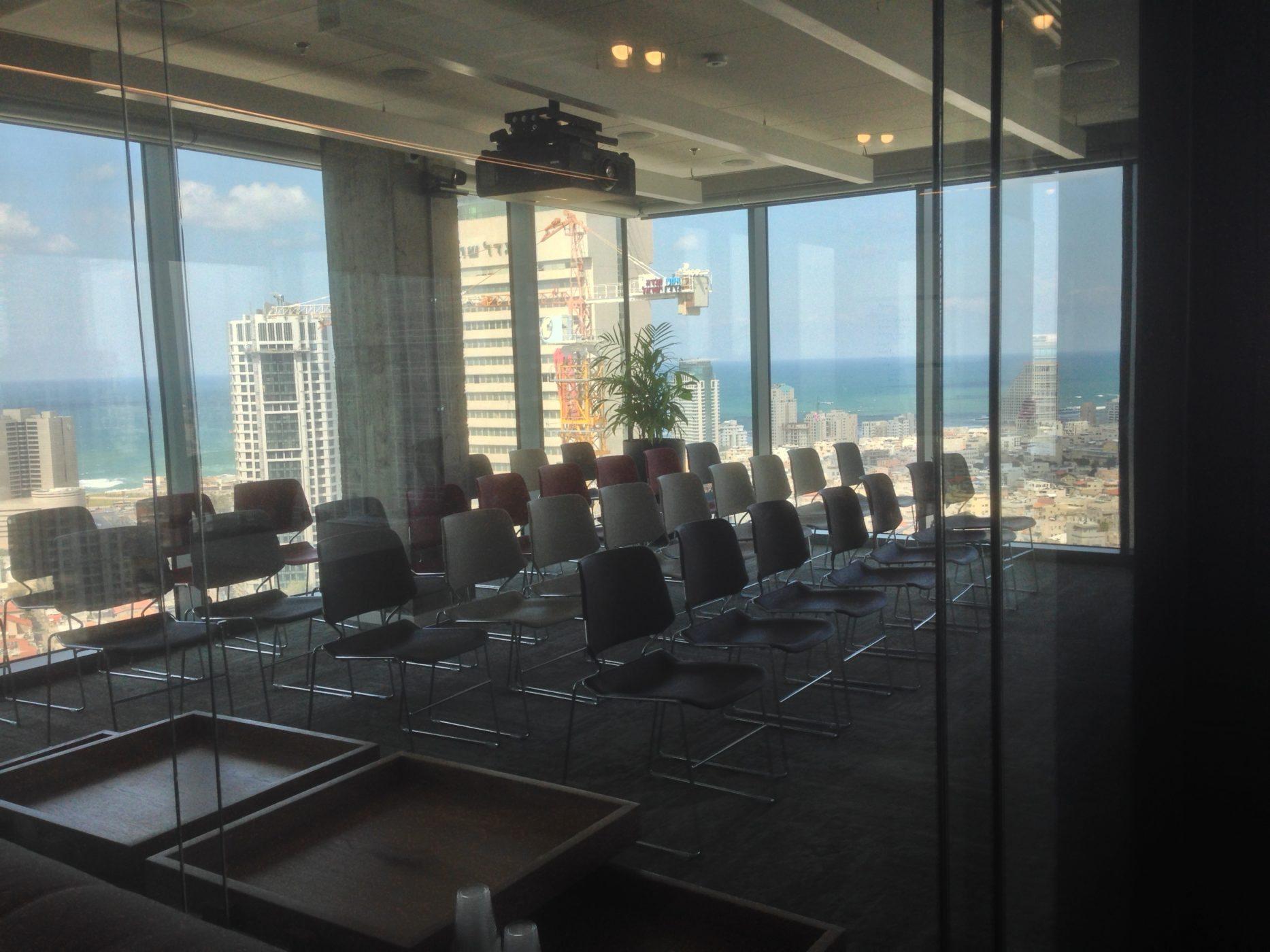 חדר ההדרכות של החברה, אותו מכנה ״ג׳ים״ ומעבירה הדרכות לגורמים חיצוניים במטרה לשפר את הביצועים שלהם בפייסבוק (צילום: גיקטיים)