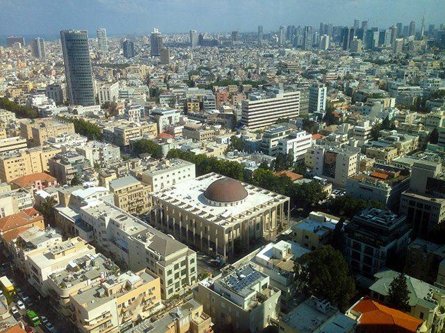 מימין: בית הכנסת הגדול שגובל ברחוב אלנבי, משמאל רחוב נחלת בנימין. (צילום: גיקטיים)