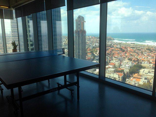 ויש גם שולחן טניס שולחן, אם כי לא ברור אם הוא משמש לתפאורה או ממש לפנאי. (צילום: גיקטיים)
