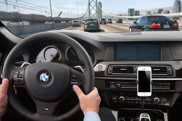 ניתן יהיה לבצע שיחות מבלי להוריד את הידיים מההגה. מקור: Apple