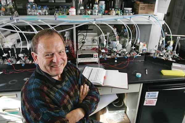 קנת׳ נילסון גילה שקיימים חיידקים שיכולים להניח אלקטרונים ישירות על מינרלים ול״נשום״ חומר מוצק באמצעות חוטים כימיים זעירים