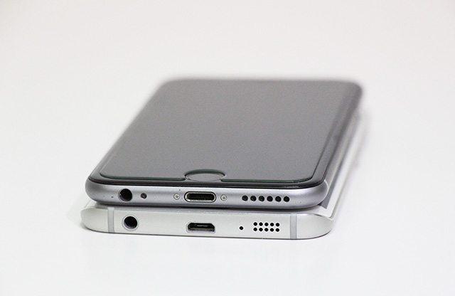 הופרדו בלידתם. האייפון 6 מעל ה-S6, או שה-S6 מעל האייפון? צילום: גיקטיים
