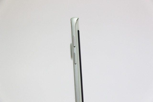 הפרופיל של ה-Edge עם 2 הכפתורים הנפרדים לעוצמה. צילום: גיקטיים