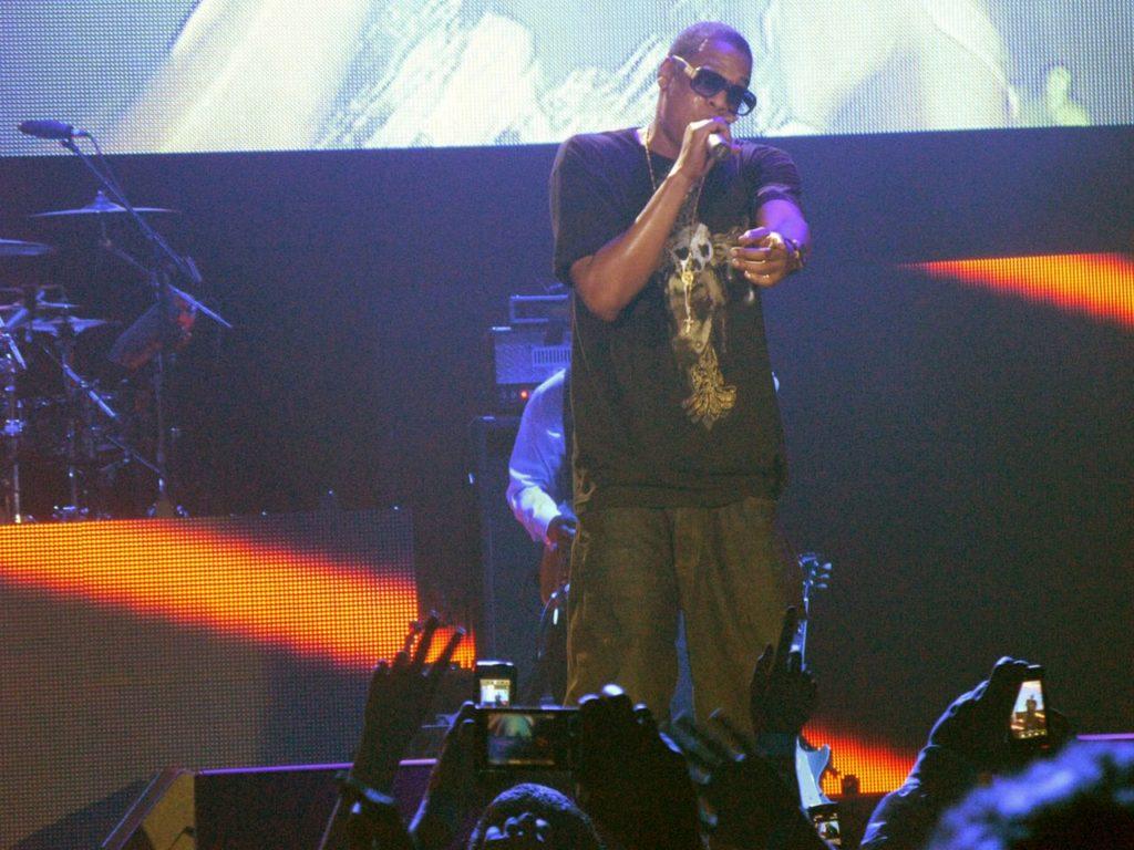 Jay Z בהופעה בגלסטונברי ב-2008 Image Credit: Jbarta. CC-BY 2.0.