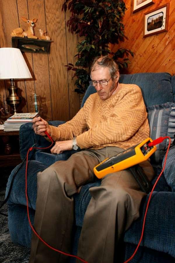 מרטין וות׳ראל בוחן כסא נוח כדי לראות אם יש לו קרינה. צילום: מדע פופולארי